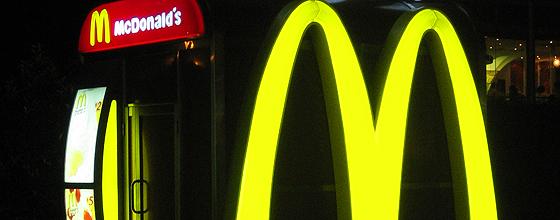 McDonald`s Logo bei Nacht