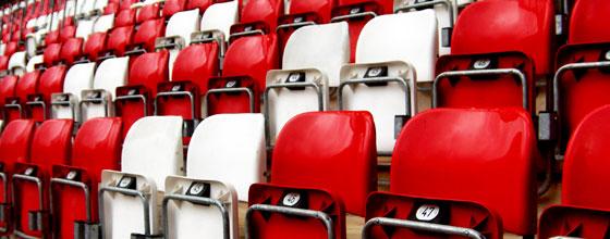 Tribüne: leere Sitzreihen rot weiss