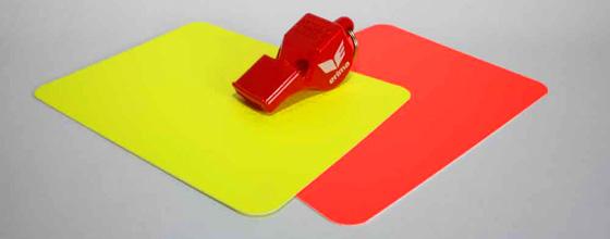 Rote und gelbe Karte Schiedsrichterpfeife