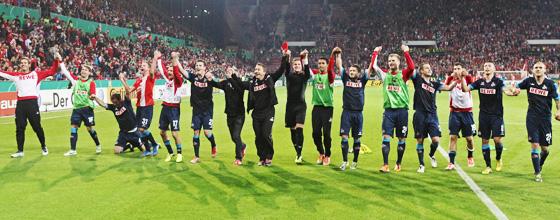 Mannschaft und Team 1.FC Köln jubelnd nach Sieg gegen Mainz 05 in Runde 2 DFB Pokal