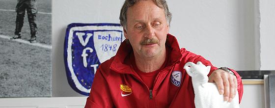 Peter Neururer (Trainer des VfL Bochum) mit kleinem Geißbock in der Hand