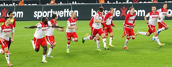 Mannschaft des 1.FC Köln nimmt Anlauf zum kollektiven Diver vor der Südkurve (nach dem 4:0 Sieg im Spitzenspiel gegen Union Berlin)