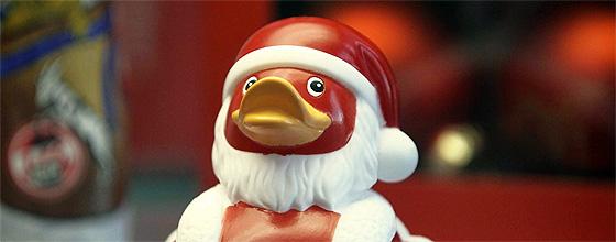Rot weiße Quietscheente vor weihnachtlichem Hintergund mit 1.FC Köln Logo im Hintergrund