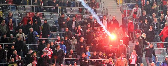 Bengalo fliegt durch die Luft beim Derby Fortuna Düsseldorf gegen den 1.FC Köln am 22.12.2013