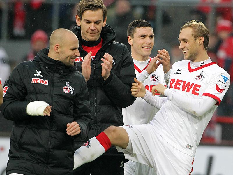 Kapitän des 1.FC Köln Miso Brecko erhält einen Tritt von seinem Mitspieler Marcel Risse