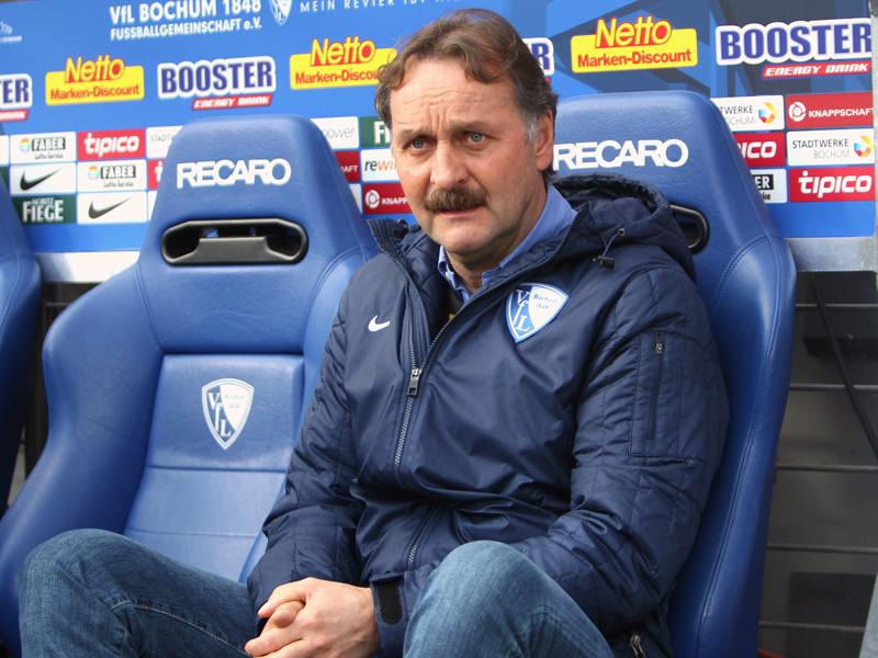 Peter Neururer, Trainer des VFL Bochum, auf der Bank