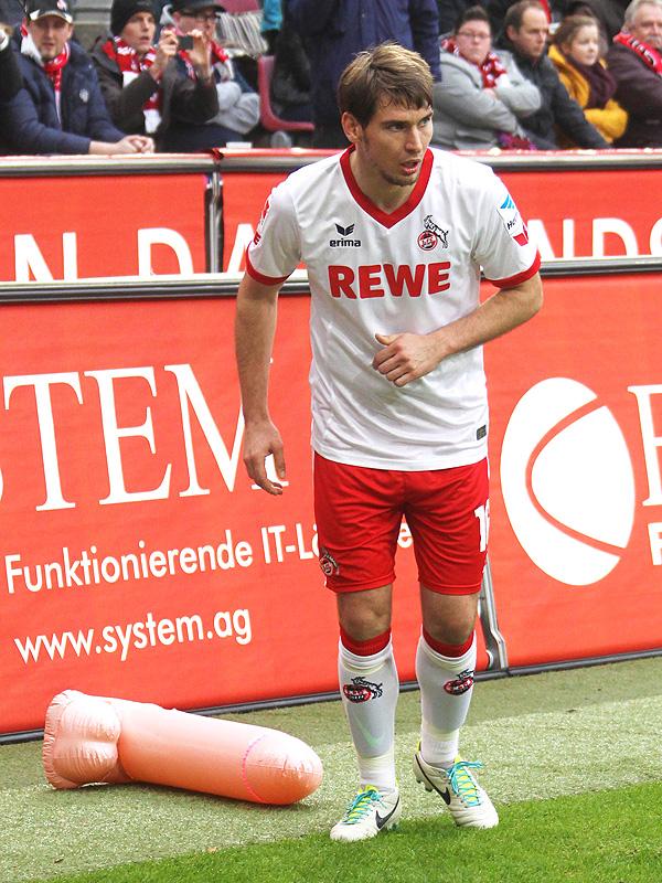 Patrick Helmes vom 1.FC Köln beim Freistoß, daneben liegt ein großer aufblasbarer Penis
