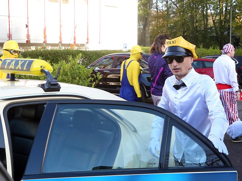 Slawomir Peszko vom 1.FC Köln im Taxifahrer-Kostüm steigt in ein Taxi