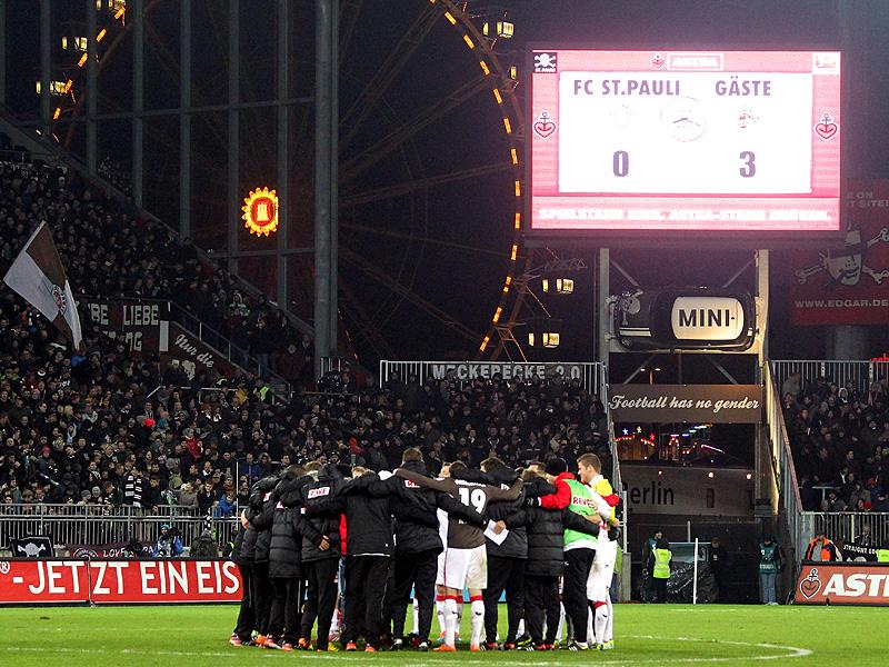Tross des 1.FC Köln steht nach Auswärtssieg am Millerntor auf St. Pauli im Kreis und jubelt