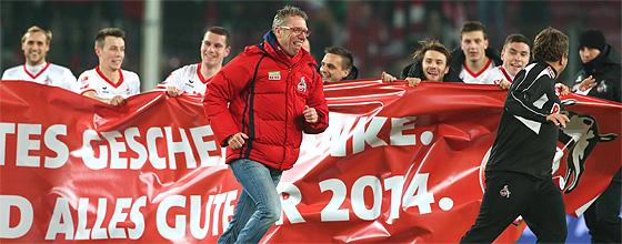 Jubelnde Mannschaft des 1.FC Köln, Trainer Peter Stöger läuft voran