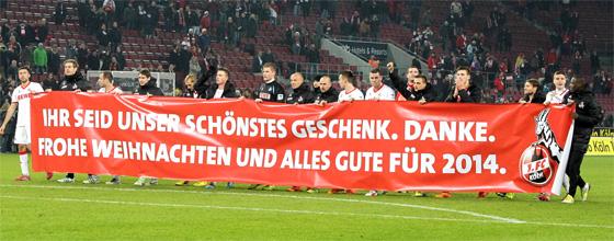 Mannschaft des 1.FC Köln mit Transparent: Ihr seid unser schönstes Geschenk. Danke. Frohe Weihnachten und alles Gute für 2014.