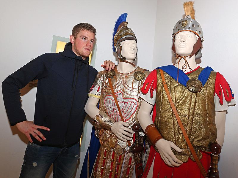 Timo Horn vom 1.FC Köln präsentiert sein neues Torwartoutfit im Karnevalsmuseum