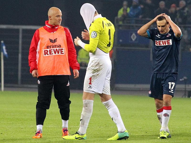 Timo Horn vom 1.FC Köln hat sich sein Trikot über den Kopf gezogen