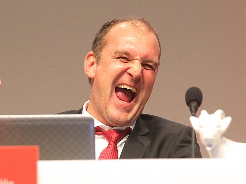 Jörg Schmadtke, Sportdirektor des 1.FC Köln, lacht auf einer Pressekonferenz