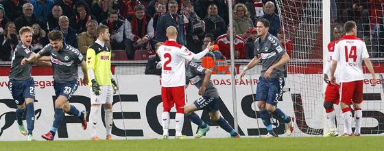 Azemi behubelt seinen Ausgleichstreffer zum 1:1 im Spitzenspiel 1.FC Köln gegen Greuther Fürth am 25. Februar 2014 in der 86. Minute
