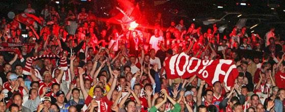 Fans des 1. FC Köln feiern den Aufstieg in die 1. Bundesliga