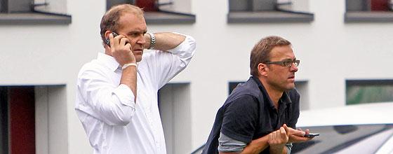 Jörg Schmadtke (Sportdirektor 1. FC Köln) telefoniert, Jörg Jakobs (Leiter Lizenezfußball 1. FC Köln) beobachtet