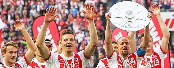 Miso Brecko, Kapitän des 1. FC Köln (Meister der 2. Bundesliga 2013/14), hebt Meisterschale in die Höhe