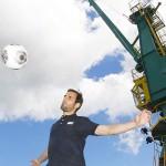 Mergim Mavray vom 1. FC Köln jongliert vor den Kranhäusern mit dem Ball