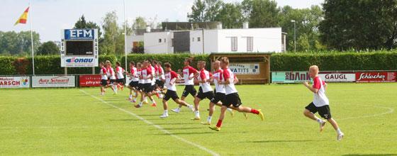 Mannschaft des 1. FC Köln sprintet während des Trainingslagers 2014 in Bad Tatzmannsdorf im Burgenland in Österreich über den Platz