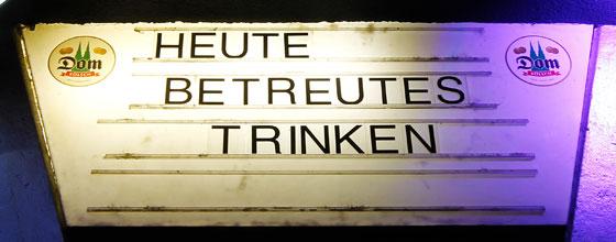 """Schild """"HEUTE BETREUTES TRINKEN"""" an der Sonderbar in der Kölner Altstadt"""
