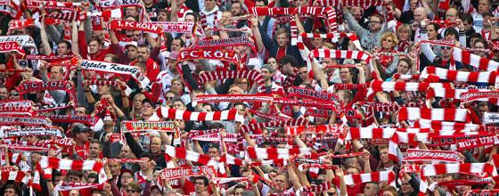 Südkurve 1.FC Köln, Fans halten Schals hoch