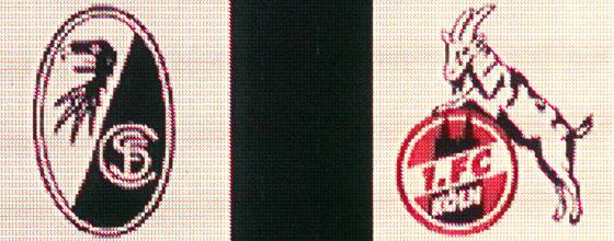 Logo des SC Freiburg und Logo des 1. FC Köln auf Stadionleinwand