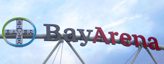 """Namensschild """"BayArena"""" am Dach des Stadions von Bayer 04 Leverkusen"""