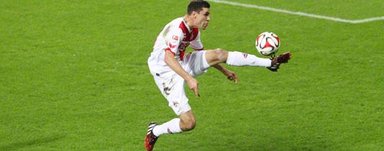 Jonas Hector vom 1. FC Köln bei der Ballannahme in der Luft
