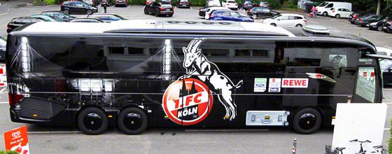 Mannschaftsbus des 1. FC Köln auf dem Parkplatz des Geißbockheims
