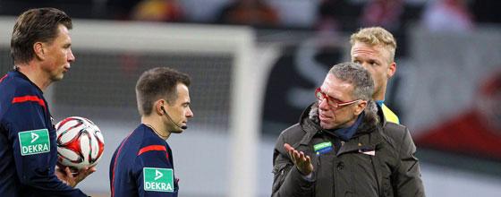 Peter Stöger beschwert sich nach dem Halbzeitpfiff bei Schiedsrichter Thorsten Kinhöfer