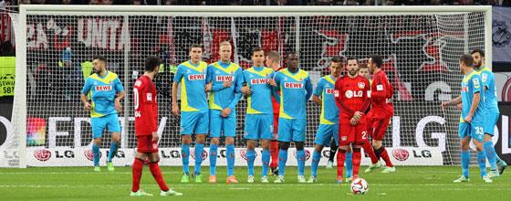 Hakan Calhanoglu vor dem Freistoß zum 2:1 beim Derby Bayer 04 Leverkusen gegen den 1. FC Köln (2014)