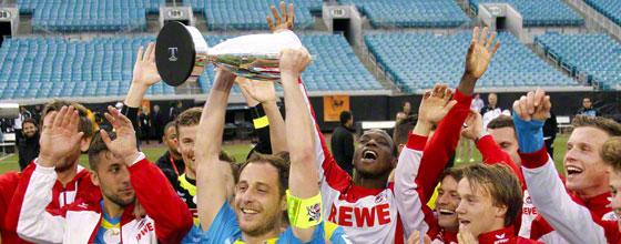 Der 1. FC Köln bejubelt den Sieg im Florida Cup 2015, Kapitän Matze Lehman hält den Pokal in die Höhe.