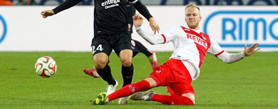 Kevin Vogt grätscht (1. FC Köln - Mainz 05 Bundesliga Saison 2014/15)