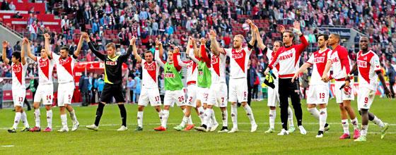 Mannschaft des 1. FC Köln bejubelt Heimsieg gegen Eintracht Frankfurt 2015