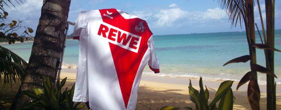 Trikot des 1. FC Köln vor Strandkulisse in der Karibik