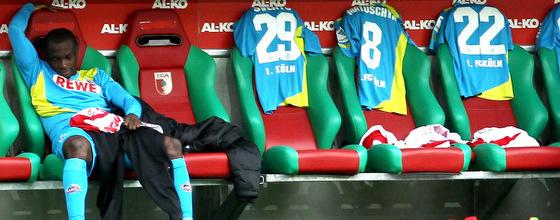 Tony Ujah vom 1. FC Köln langweilt sich auf der Ersatzbank
