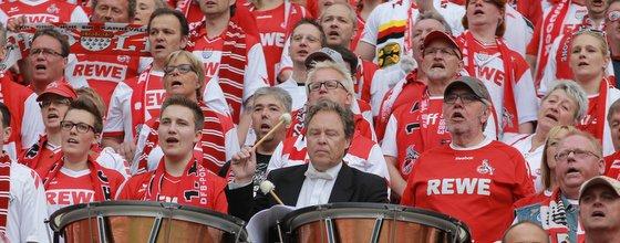 WDR Funkorchester und FC-Fans singen die Hymne