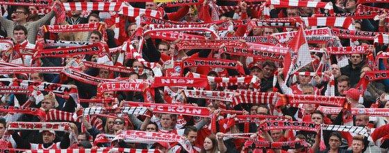 Fans des 1. FC Köln mit Fanschals beim Spiel gegen Leverkusen