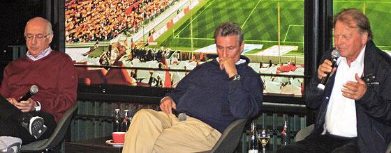 """Bernd Cullmann, Karl-Heinz Thielen und Dieter Müller bei """"Triff Deine Legende"""" im Kölner Stadion"""