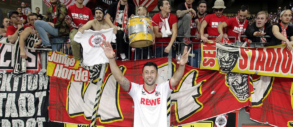 Dominic Maroh jubel nach Derbysieg in Leverkusen vor der Fankurve des 1. FC Köln