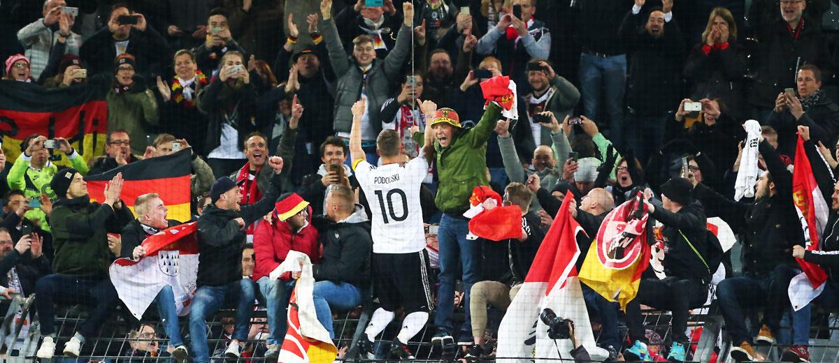 Lukas Podolski auf dem Zaun nach seinem Abschiedsspiel