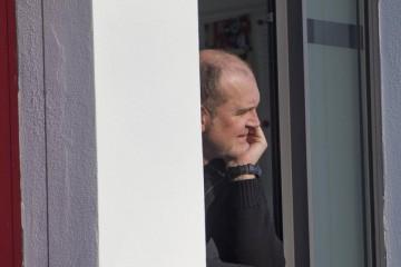 Jörg Schmadtke schaut nachdenklich aus seinem Büro im Geißbockheim