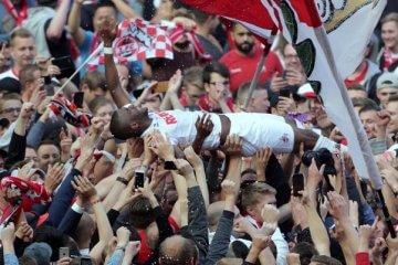 Anthony Modeste wird von Fans auf Händen getragen