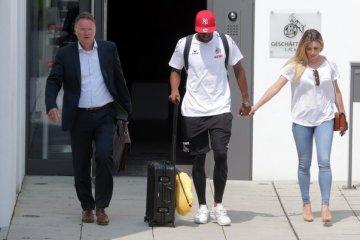 Anthony Modeste verlässt mit Frau Maeva und Anwälten das Geißbockheim.